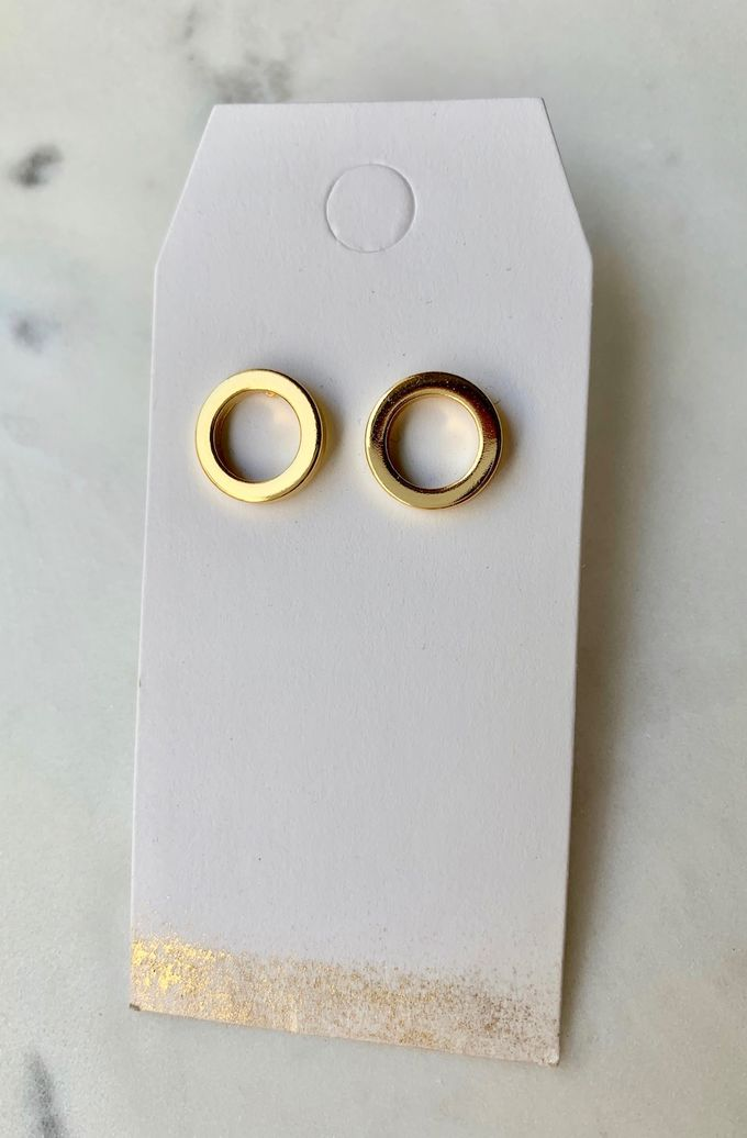 Thick circle stud earrings